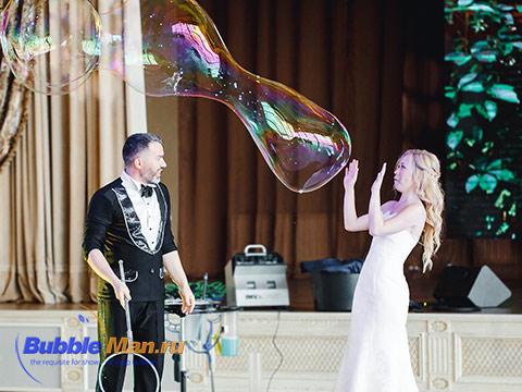 Интерактив в шоу мыльных пузырей на свадьбе с невестой