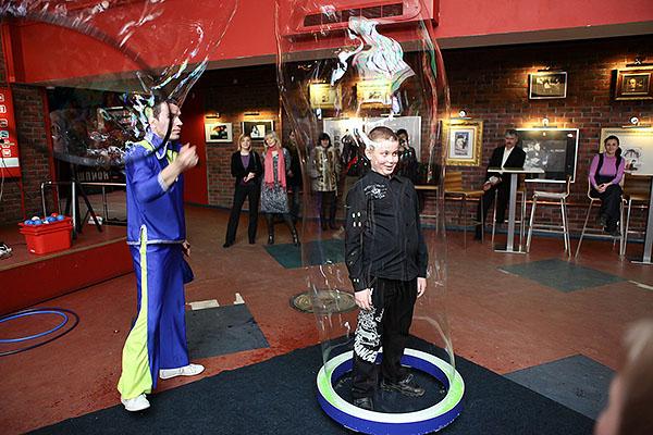 Шоу гигантских мыльных пузырей в Мегаполисе - ребенок внутри гигантского мыльного пузыря