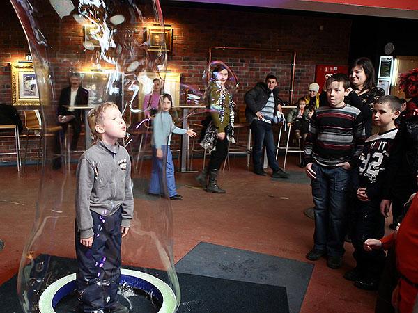 Шоу гигантских мыльных пузырей в Мегаполисе - пузырь из нутри пузыря